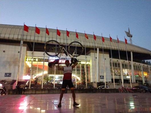 Chàng trai người Thái Lan đạp xe 1.400km đến sân Mỹ Đình cổ vũ đội nhà - Ảnh 1