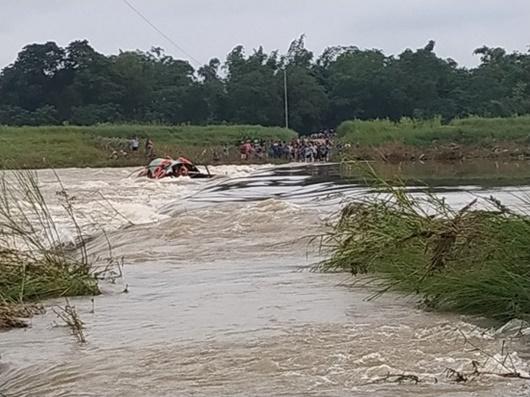 Lật đò giữa dòng nước xiết sông Trà Khúc, 5 người may mắn thoát nạn - Ảnh 1