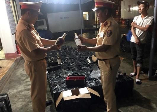 Thừa Thiên-Huế: Phát hiện ô tô chở 600 chai rượu ngoại nhập lậu - Ảnh 1