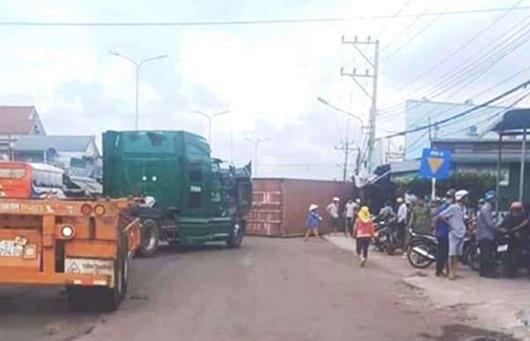 Bình Phước: Thùng container bất ngờ rơi xuống đường, đè trúng 2 vợ chồng - Ảnh 1