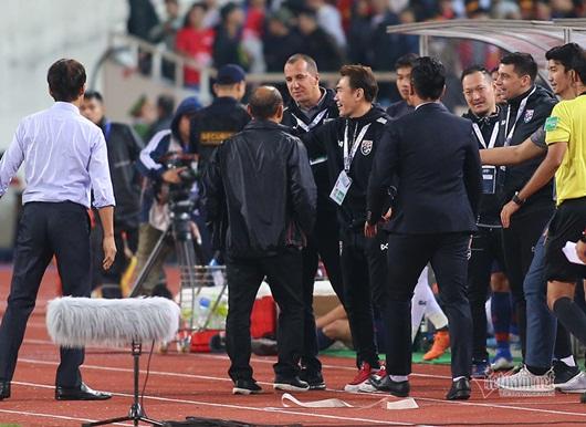 VFF kiến nghị lên AFC, trợ lý HLV Thái Lan giải thích về hành vi khiếm nhã với thầy Park - Ảnh 1