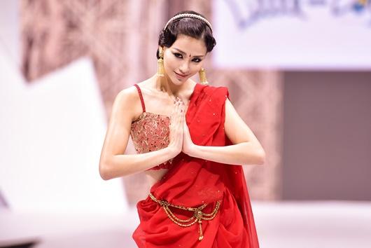 Phương Khánh gợi cảm hóa cô dâu Ấn Độ diễn vedette sau khi trao lại vương miện - Ảnh 2