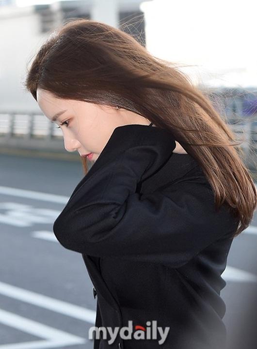 Sao Hàn mặc đồ đen, mặt buồn khi ra sân bay sang Việt Nam dự AAA 2019 - Ảnh 3