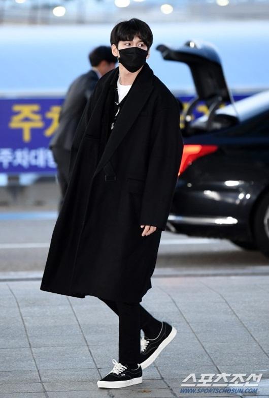 Sao Hàn mặc đồ đen, mặt buồn khi ra sân bay sang Việt Nam dự AAA 2019 - Ảnh 8