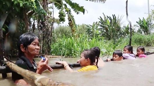 Bà Sáu Thia dạy bơi miễn phí cho hơn 2000 trẻ em suốt 17 năm - Ảnh 1