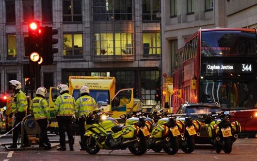 Hiện trường vụ tấn công dao trên cầu London, cảnh sát nổ súng tiêu diệt nghi phạm - Ảnh 2