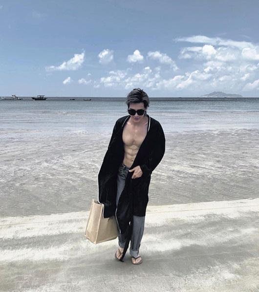 """Màn cởi áo khoe body 6 múi của Denis Đặng khiến fan nữ chỉ muốn """"nhào vào lòng"""" - Ảnh 5"""