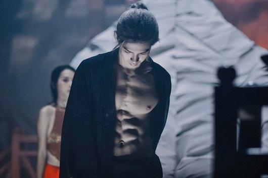 """Màn cởi áo khoe body 6 múi của Denis Đặng khiến fan nữ chỉ muốn """"nhào vào lòng"""" - Ảnh 1"""