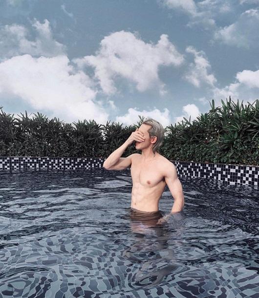"""Màn cởi áo khoe body 6 múi của Denis Đặng khiến fan nữ chỉ muốn """"nhào vào lòng"""" - Ảnh 2"""