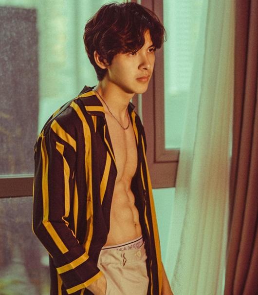 """Màn cởi áo khoe body 6 múi của Denis Đặng khiến fan nữ chỉ muốn """"nhào vào lòng"""" - Ảnh 4"""