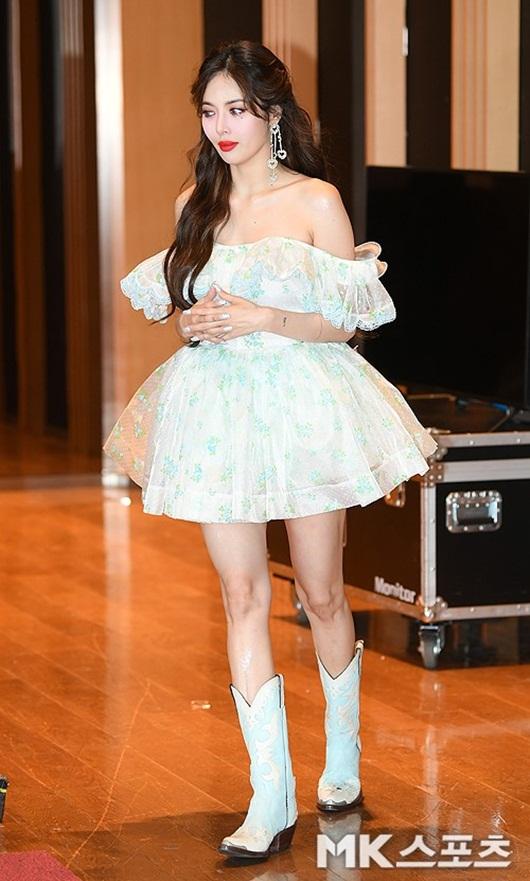 HyunA diện váy ngắn, trễ vai khoe vẻ gợi cảm khó cưỡng trên thảm đỏ - Ảnh 1