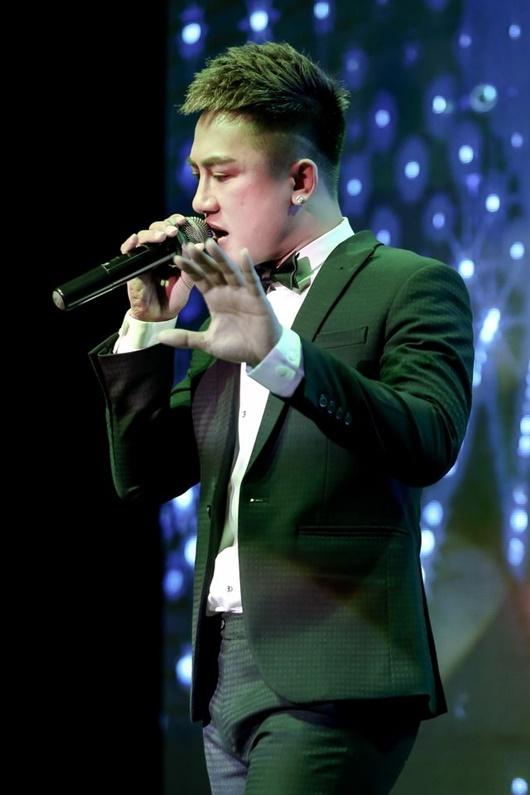 Ca sĩ Châu Khải Phong bị ném búa đinh lên sân khấu khi đang diễn - Ảnh 1