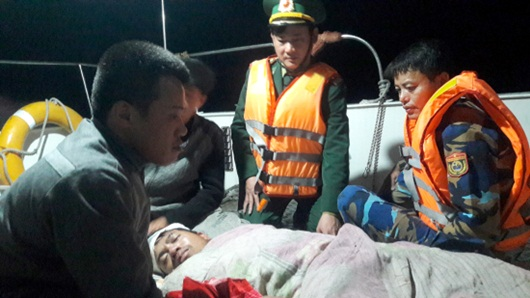Nghệ An: Thuyền viên gặp nạn được đưa vào đất liền trong đêm - Ảnh 1