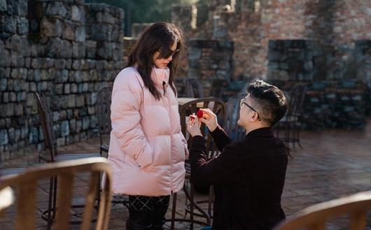 Bạn trai kém 10 tuổi quỳ gối cầu hôn hoa hậu Thu Hoài bằng nhẫn kim cương tiền tỷ - Ảnh 2