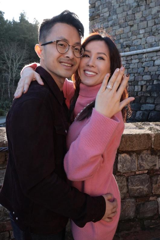 Bạn trai kém 10 tuổi quỳ gối cầu hôn hoa hậu Thu Hoài bằng nhẫn kim cương tiền tỷ - Ảnh 1