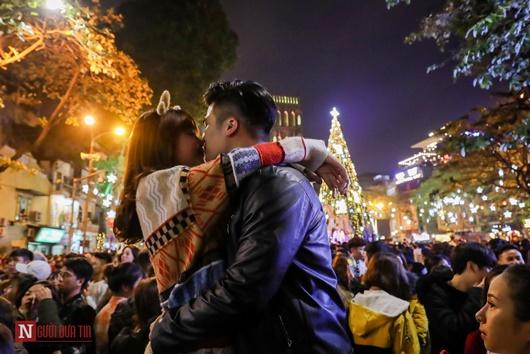 Trai xinh gái đẹp trao nhau nụ hôn ngọt ngào khi ra đường đi chơi lễ Giáng sinh - Ảnh 5