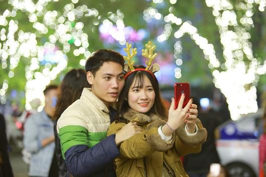Trai xinh gái đẹp trao nhau nụ hôn ngọt ngào khi ra đường đi chơi lễ Giáng sinh - Ảnh 2