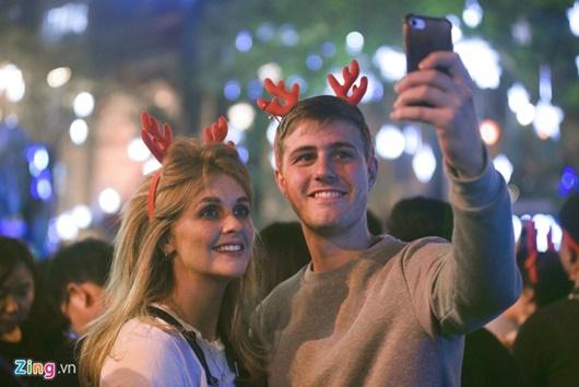 Trai xinh gái đẹp trao nhau nụ hôn ngọt ngào khi ra đường đi chơi lễ Giáng sinh - Ảnh 6