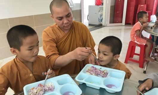 Sư thầy dành 20 năm nuôi dưỡng hàng trăm trẻ em cơ nhỡ - Ảnh 1