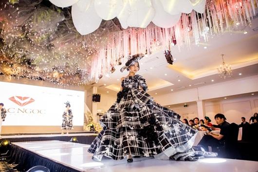 Tuần lễ thời trang và làm đẹp quốc tế Việt Nam 2019: Choáng ngợp với 20 BST đến từ các nhà mốt nổi tiếng - Ảnh 3