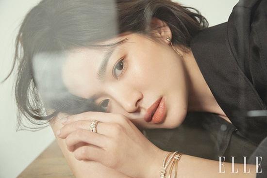Chẳng thèm để ý tới tin đồn ly hôn, Song Hye Kyo xuất hiện lộng lẫy trên tạp chí - Ảnh 2