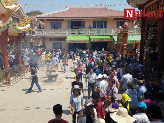 Dòng người đông đúc đổ về viếng lễ chùa Bà Đen ở Tây Ninh - Ảnh 1