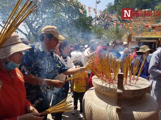 Dòng người đông đúc đổ về viếng lễ chùa Bà Đen ở Tây Ninh - Ảnh 3