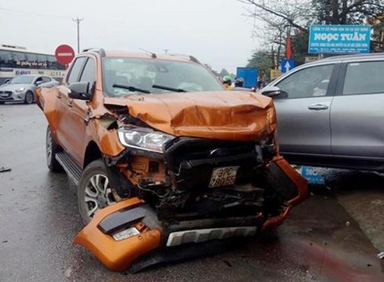 Tai nạn liên hoàn trên quốc lộ 1A: Tài xế container tử vong, nhiều người bị thương - Ảnh 1