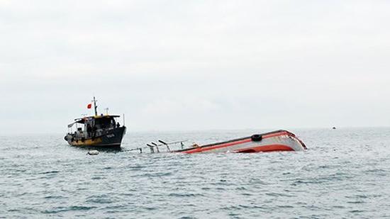Va chạm tàu ở Bình Định: 15 ngư dân gặp nạn, 2 người chết và mất tích - Ảnh 1