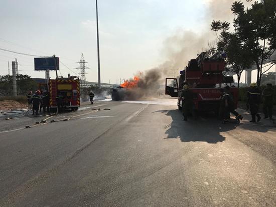 Xe bồn chở xăng bốc cháy trên xa lộ Hà Nội, cửa ngõ TP.HCM ùn tắc nghiêm trọng - Ảnh 1