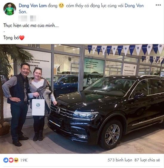 """Đặng Văn Lâm hoàn thành ước mơ mua ô tô tặng bố, Linh Nga khen """"đáng yêu"""" - Ảnh 1"""