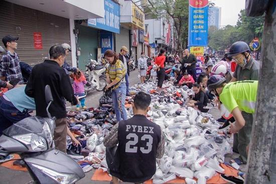 """Người dân đổ xô đi """"vét"""" hàng siêu thị, mua đồ giảm giá ngày 30 Tết - Ảnh 3"""