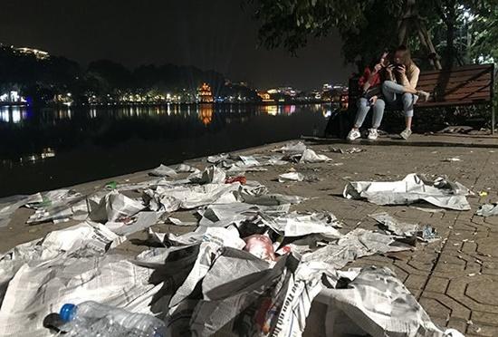 Rác ngập tràn trên nhiều tuyến phố ở Hà Nội, TP.HCM sau đêm giao thừa - Ảnh 1