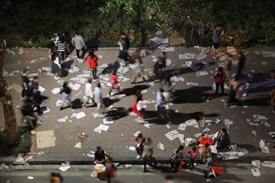 Rác ngập tràn trên nhiều tuyến phố ở Hà Nội, TP.HCM sau đêm giao thừa - Ảnh 5