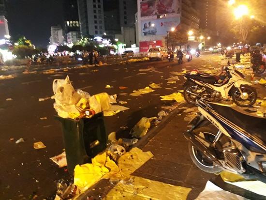 Rác ngập tràn trên nhiều tuyến phố ở Hà Nội, TP.HCM sau đêm giao thừa - Ảnh 6