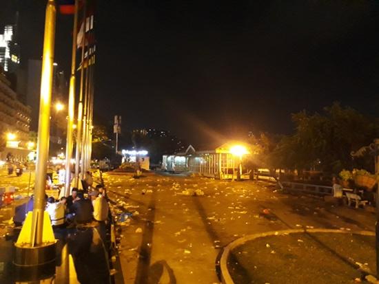 Rác ngập tràn trên nhiều tuyến phố ở Hà Nội, TP.HCM sau đêm giao thừa - Ảnh 7