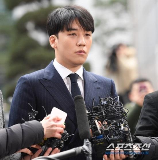 Clip: Seungri tiều tuỵ tới đồn cảnh sát, cúi thấp đầu trước ống kính phóng viên - Ảnh 2