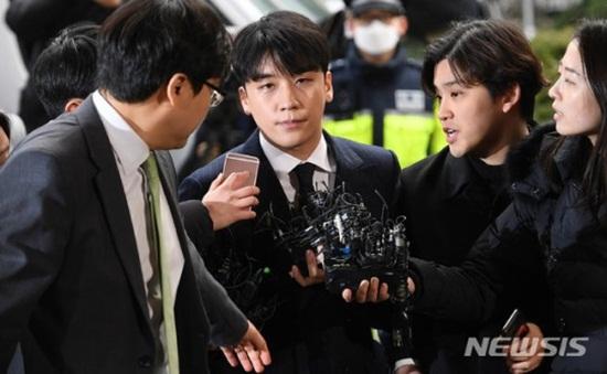 Clip: Seungri tiều tuỵ tới đồn cảnh sát, cúi thấp đầu trước ống kính phóng viên - Ảnh 8