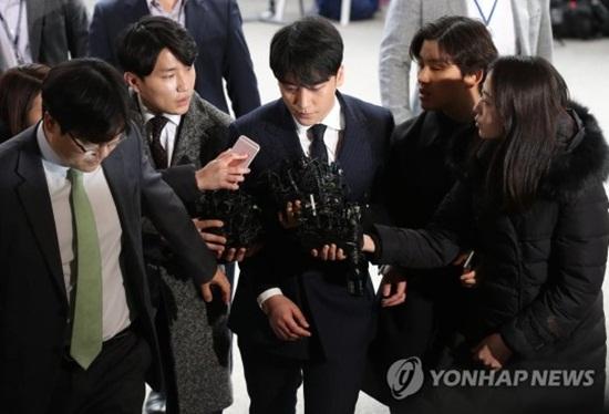 Clip: Seungri tiều tuỵ tới đồn cảnh sát, cúi thấp đầu trước ống kính phóng viên - Ảnh 3