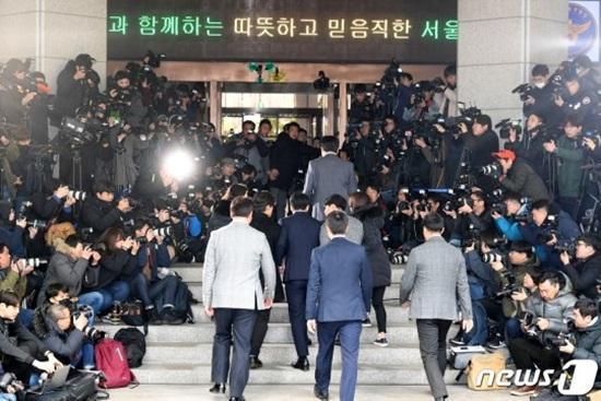 Clip: Seungri tiều tuỵ tới đồn cảnh sát, cúi thấp đầu trước ống kính phóng viên - Ảnh 7
