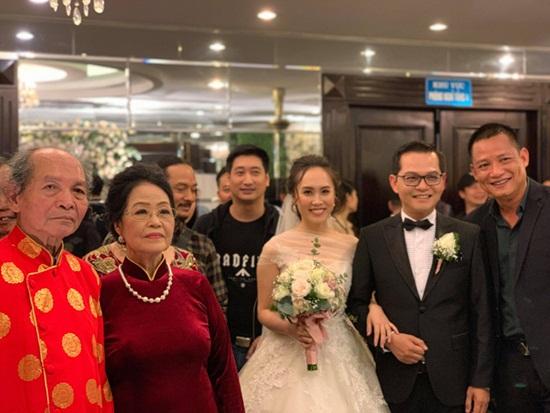 Dàn nghệ sĩ tụ họp tưng bừng trong đám cưới NSND Trung Hiếu và vợ kém 19 tuổi - Ảnh 1
