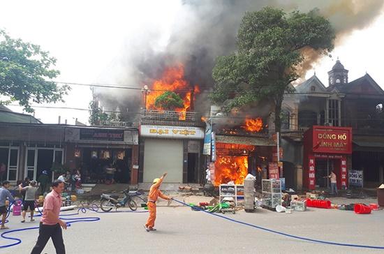 Xưởng sửa ô tô cháy lớn lúc chủ đi vắng, lửa lan sang thiêu rụi cả 2 nhà bên cạnh - Ảnh 1