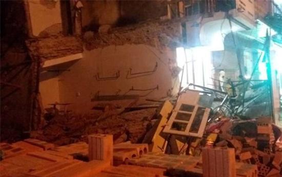 Ngôi nhà 2 tầng ở trung tâm TP Thanh Hóa đổ sập, người dân hoảng hốt tháo chạy - Ảnh 2