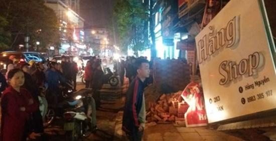 Ngôi nhà 2 tầng ở trung tâm TP Thanh Hóa đổ sập, người dân hoảng hốt tháo chạy - Ảnh 3
