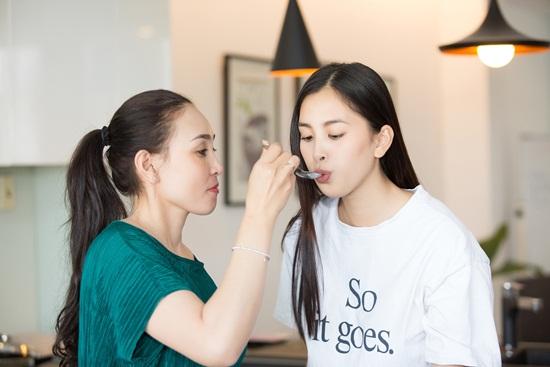 Hoa hậu Tiểu Vy khoe ảnh nấu ăn cùng mẹ trong ngày 8/3 - Ảnh 7