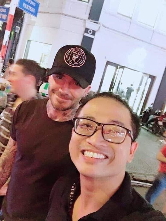 David Beckham thân thiện xuống phố đi bộ khoác vai chụp ảnh cùng fan Việt - Ảnh 1