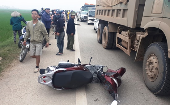 Va chạm với xe SH khiến 2 người tử vong, tài xế xe tải tăng ga bỏ chạy - Ảnh 1