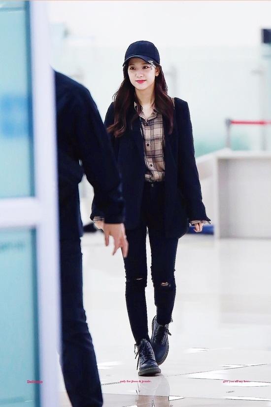 Thời trang sân bay đơn giản nhưng đầy cuốn hút của Jisoo - Black Pink - Ảnh 1