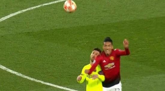 Cận cảnh gương mặt bầm dập của Messi sau pha va chạm với hậu vệ MU - Ảnh 2