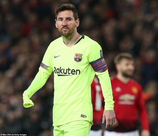 Cận cảnh gương mặt bầm dập của Messi sau pha va chạm với hậu vệ MU - Ảnh 8